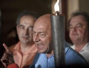 Basescu si lumanarea de pe coliva Romaniei