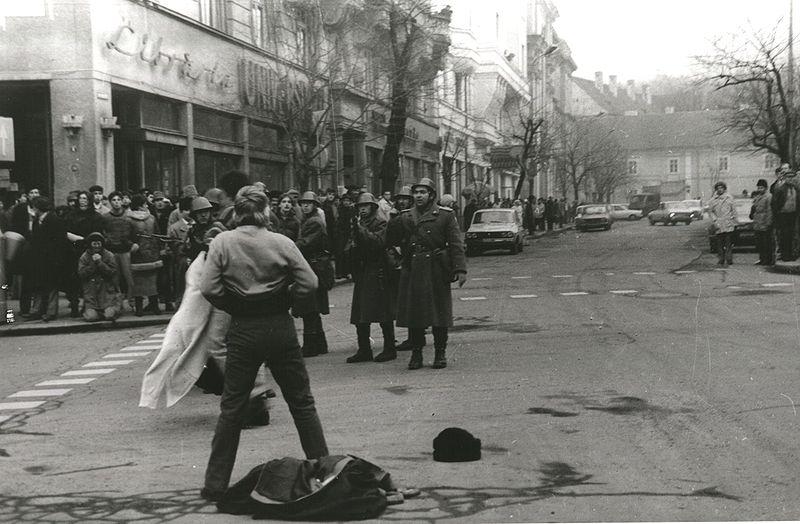 Calin Nemes cu pieptul gol Poze Revolutia 1989 Cluj Foto de RazvanRotta