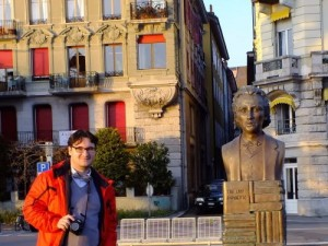 Dan Tanasa alaturi de bustul lui MIhai Eminescu din Vevey, Elvetia, Geneva - Ziaristi Online