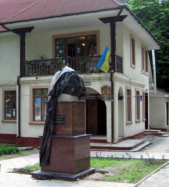 Eminescu decapitat la Hliboca, Ucraina - 14 iunie 2013 - Euromedia Ziaristi Online