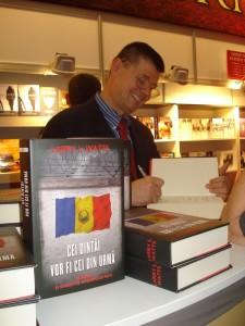 Larry L Watts la Bookfest 2013 cu Cei dintai vor fi cei din urma - Foto Donkeypapuas