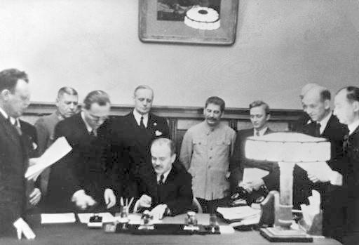 Stalin supravegheaza cu atentie semnarea pactului de impartire a Europei