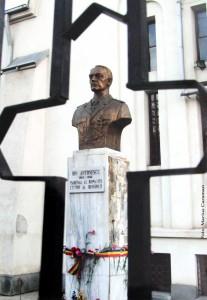 Bustul Maresalului Ion Victor Antonescu de la Biserica Sfintii Constantin si Elena din Bucuresti Vergului Muncii ctitorita cu mama sa Elena