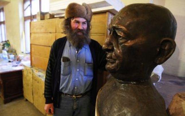 Ioan Chis si bustul lui Petre Tutea