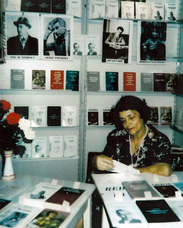 Dna Lucia Soreanu Siugariu la Targul de Carte Bucuresti in 1997