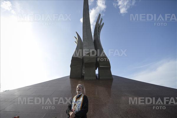"""Preotul Sorin Grecu participa la inaugurarea oficiala a monumentului """"Aripi"""", amplasat in Piata Presei Libere din Bucuresti, luni, 30 mai 2016. Monumentul este inchinat luptatorilor impotriva comunismului din perioada 1945-1989 din Romania si Basarabia, a costat circa 3 milioane de euro, cantareste peste 100 de tone si are o inaltime de peste 20 de metri, fiind reprezentat de autorul sau, sculptorul Mihai Buculei, sub forma a trei aripi care se intind catre cer, realizate din otel inoxidabil. ANDREEA ALEXANDRU / MEDIAFAX FOTO"""