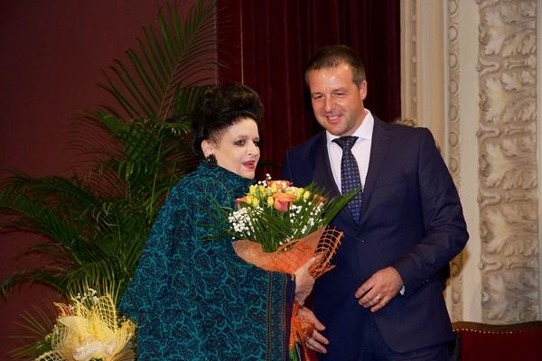 Noul Primar al Brăilei, domnul Marian Dragomir, oferă un superb buchet de flori sopranei Mariana Nicolesco la finele seratei excepţionale pe tema Maeştri - Discipoli din 30 iulie